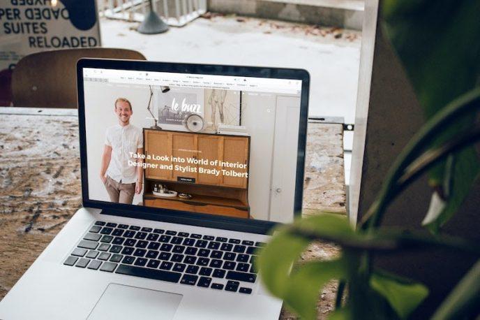 Auf dem Laptop Display ist die Homepage der Marke Le Buzz zu sehen