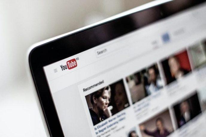 La página de inicio de Youtube se abre en la pantalla de un portátil