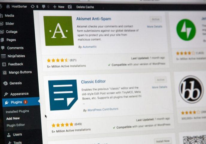 Snímek obrazovky s plugin sekcí ve WordPress, který blogerům nabízí tisíce užitečných pluginů.