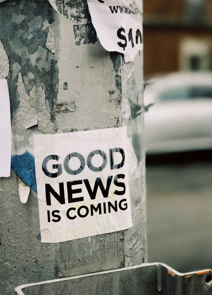 Nieuwsbrieven zijn nog steeds een goede marketingstrategie voor bloggers, vooral om nieuwe content te promoten. Onderstaande afbeelding laat een lantaarn zien met een sticker met: Goed nieuws komt eraan.