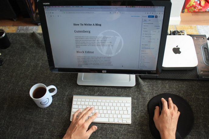 En dataskärm som visar Gutenberg-redigeraren i WordPress. WordPress är världens mest använda innehållshanteringssystem för att skapa bloggar.