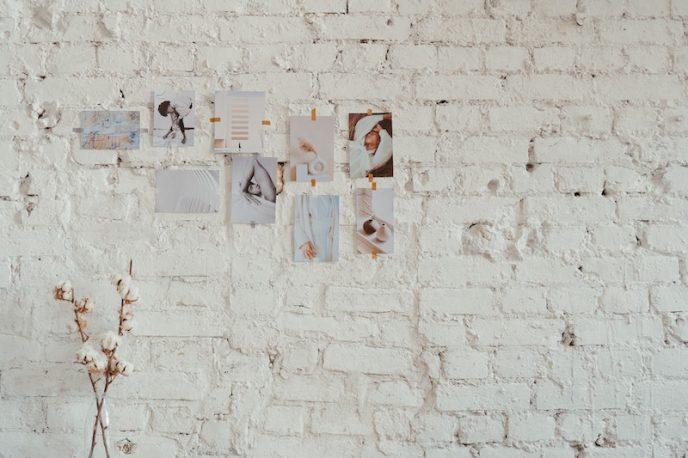 Fotos kleben an einer weißen Wand
