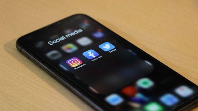 Un smartphone avec les applications Instagram, Facebook et Twitter mises en avant. Les réseaux sociaux font partie intégrante de la stratégie de promotion de contenu pendant la saison des bonnes affaires.